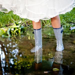 Novia con botas de agua