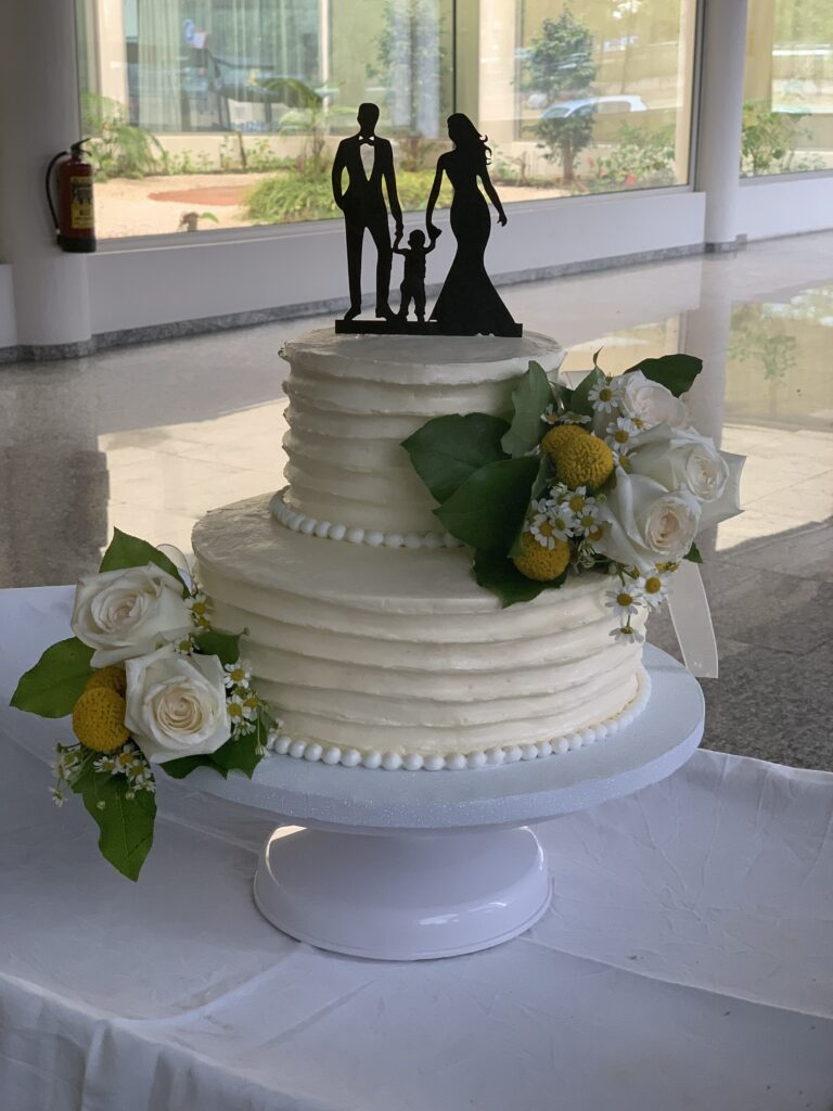 tarta blanca con flores naturales