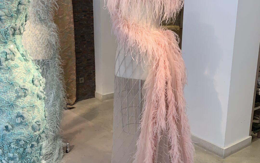 composición vestido plumas rosas